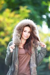 junge Frau draußen mit Kapuze