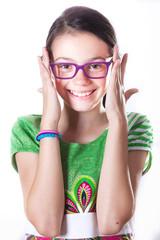 Bambina con occhiali che sorride