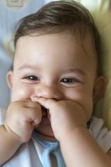 Bebé tapándose la boca