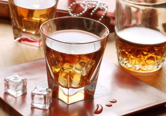 bicchiere di whisky con ghiaccio
