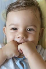 Bebé tapándose la boca 2