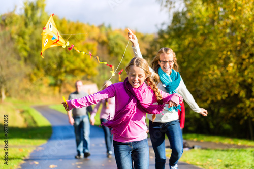 canvas print picture Familie bei Herbst Spaziergang im Wald