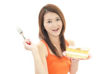 スイーツを食べる笑顔の女性