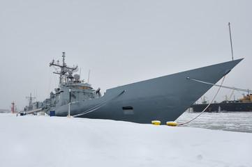 Morze, zimowy port z okrętem wojennym