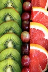 Obstscheiben Kiwi,Traube,Grapefruit nebeneinander