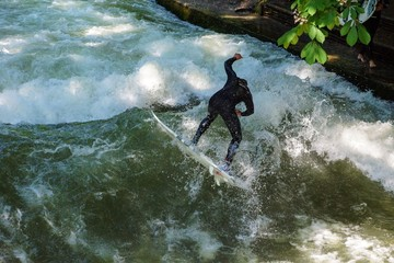 Eisbach-Surfer kurz vor dem Sturz