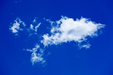 nuage de beau temps sur fond de ciel bleu outremer