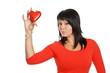 schöne Frau in rotem Shirt mit rotem Herz