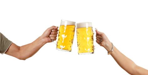 zwei Hände mit Bierkrug stoßen an