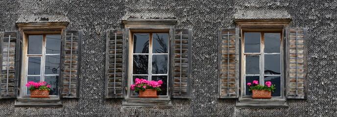 fenêtre de vieux chalet