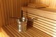 Wnętrze sauny fińskiej, garnek z łyżką.