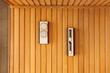 Wnętrze sauny fińskiej, klepsydra, termometr, hydrometr.