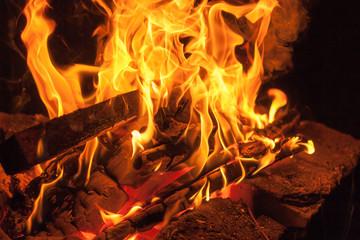 Огненные языки пламя в камине