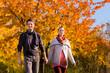 Paar macht einen Spaziergang im Herbst