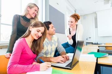 Studenten an Hochschule lernen in Gruppe