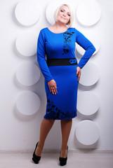 блондинка в синем платье