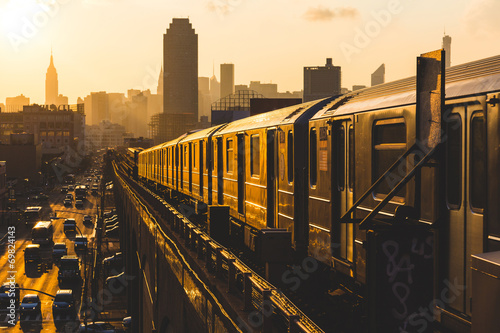 Foto Spatwand New York Subway Train in New York at Sunset