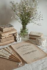 Vecchi libri, fiori e porcellana