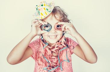 Bambina divertente con stelle filanti