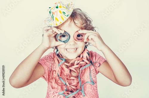 Bambina divertente con stelle filanti - 69828939