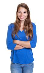 Blonde Frau mit blauem Shirt und verschränkten Armen