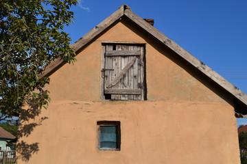 alter Hausgiebel mit Tür und Fenster