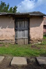 Schuppen mit alter Holztür