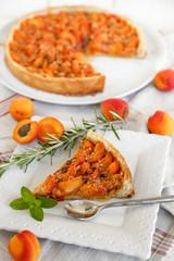 tarte aux abricots et part coupée (verticale)