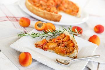 tarte aux abricots et part coupée (horizontale)
