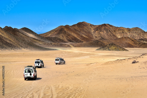 Poster Egypte Landscape of Sahara desert with jeeps for safari.