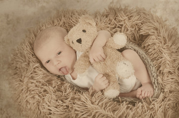 Newborn mit Teddy