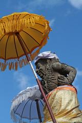 Statue et son ombrelle dans les rues d'Ubud, à Bali