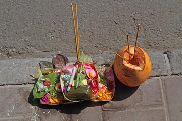 Des offrandes traditionnelles sur un trottoir de Bali
