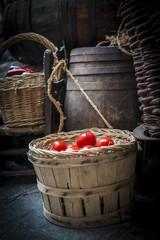 Canastas y barriles con verduras en el mercado medieval