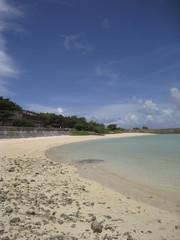 鳩間島の海岸と青い空