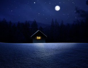 Waldhütte bei Vollmondnacht