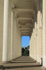 колоннада с белыми колоннами