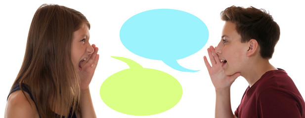 Kinder beim Reden mit Sprechblase und Textfreiraum