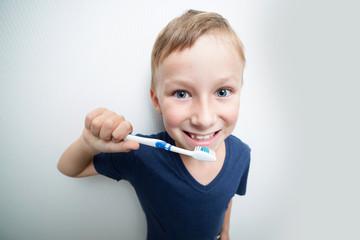 Junge putzt seine Zähne