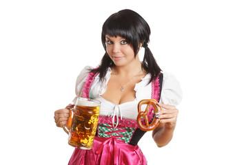junge Frau mit Bierkrug und Laugenbrezel