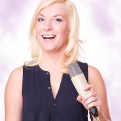 blonde Sängerin