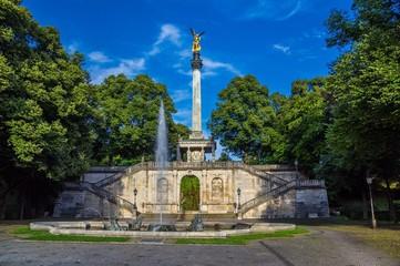 Friedenengel samt Brunnen in München