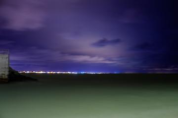 Mare di rimini in notturna, cielo viola, ora blu