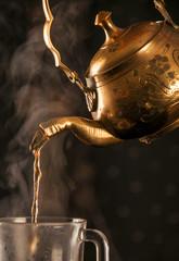 Nalewanie herbaty z orientalnego czarnika