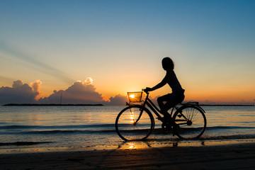 pedalata all'alba sul mare