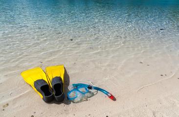 Pinne maschera e boccaglio in spiaggia. Polinesia francese
