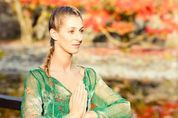 Frau beim Yoga Outdoor Training im Herbst