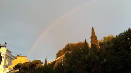 Arco iris sobre monumento romano.