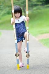 竹馬で遊んでる女の子