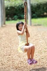 ターザンロープで遊んでる女の子